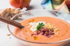 Salmorejo: Preparado al estilo cordobés, con pan de telera y aceite de oliva virgen extra, para que se pueda comer con tenedor.