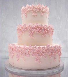Pastel con flores de azúcar rosadas.