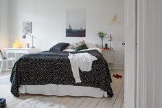 Blac and white bedroom Scandinavian Bedroom, Scandinavian Interior Design, Scandinavian Style, Swedish Interiors, House 2, White Bedroom, Bed Spreads, Shabby Chic, Bedroom Decor