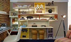 O profissional imprimiu traços de sustentabilidade na escolha de um revestimento que é feito a partir do reaproveitamento de madeira e fitas de LED no espaço que preza a harmonia entre os habitantes da casa.
