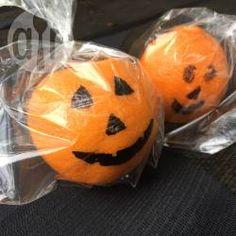 Lembrancinhas de Halloween @ allrecipes.com.br - Eu não gosto de entupir a criançada de doces no Halloween, então inventei essas lembrancinhas saudáveis!