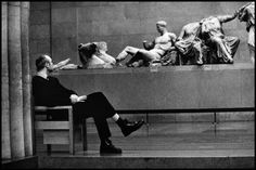 Elliott Erwitt, ENGLAND. London. 1996. British Museum. / Magnum Photos