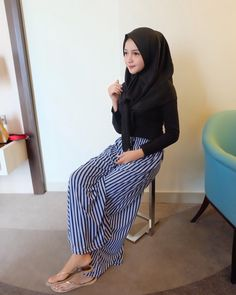 Ootd Hijab, Girl Hijab, Hijab Chic, Beautiful Hijab Girl, Harley Quin, Islamic Clothing, Pants, Clothes, Instagram