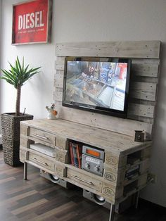 This DIY pallet media console table / TV stand is a comprehensive explanation of our all above discussion is also a most enjoyable component of furniture to Tv Pallet, Rack Pallet, Wood Pallets, Pallet Ideas Easy, Diy Pallet Projects, Home Projects, Diy Ideas, Wall Ideas, Creative Ideas