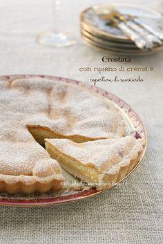 Crostata con ripieno di crema e copertura di savoiardo