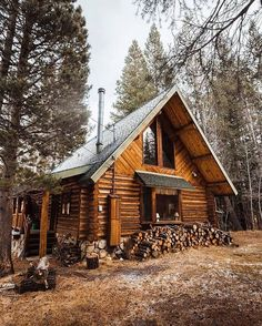 057 Small Log Cabin Homes Ideas Small Log Cabin, Little Cabin, Log Cabin Homes, Cozy Cabin, Log Cabins, Small Cabins, Rustic Cabins, Chalet Design, Cabin In The Woods