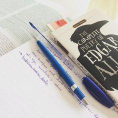 Meu ritual às quintas-feiras pela manhã: estudar resumir é intercalar com uma boa leitura. Sempre acompanhada da minha fiel garrafinha de água porque sou uma pessoa muito hidratada hahahaha #desafioprimeira {ritual} #spooktacularbooks {horror books} . . . . . . . . . . #justnormalphotos #books #booksofinstagram #study #estudar #medicina #edgarallanpoe #booktuber #blogliterario #blogsdaliga #instasqd