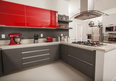 A presença das cores fortes nos móveis das cozinhas tornam os ambientes mais alegres. A nova tendência confere ar moderno ao espaço. Entre as cores em alta estão azul, laranja, vermelho e amarelo. Podem ser associadas com amadeirados para o ambiente ficar aconchegante. O espaço gourmet, projetado pela arquiteta Paula Martins, é um ambiente agradável …