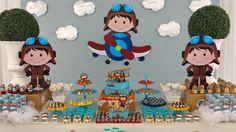 Aviador foi o tema escolhido pela mamãe do Miguel para comemorar o seu primeiro aninho.   Entre nuvens e aviões essa decor ficou super fo... Airplane Birthday Cakes, Airplane Party, 2nd Birthday Parties, Birthday Party Decorations, Boy Birthday, Planes Party, Travel Party, Baby Boy Shower, First Birthdays
