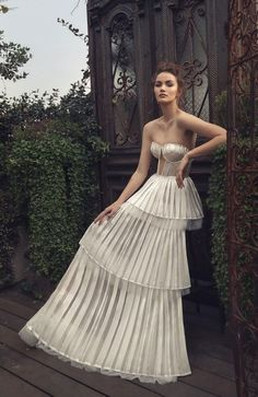 A striking modern statement & glamorous minimalist, modern looks wedding gowns The 2019 Matan Shaked Bridal Collection is A Modern Bride's Dream wedding dress. A striking modern statement Matan Shaked spring 2019 Origami of love. Wedding Dress Trends, Best Wedding Dresses, Designer Wedding Dresses, Bridal Dresses, Wedding Styles, Wedding Gowns, Wedding Ceremony, Lace Wedding, Wedding Ideas