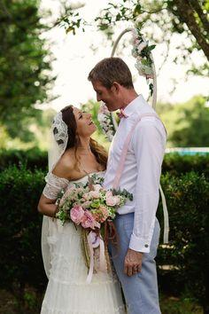 Happy Couple - Photo by Matt + Lena Photography | @vweddingportuga #weddinginportugal #vintageweddinginportugal #vintagewedding #portugalwedding #weddingportugal #weddingsinportugal #myvintageweddinginportugal #rusticwedding #rusticweddinginportugal #thequinta #weddinginsintra #bride #groom #weddingbouquet #love