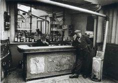 Willy Ronis. Chez Victor, bistrot guinguette, impasse Compans à Belleville, Paris, 1955