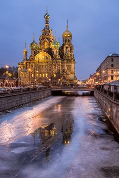 Griboedov Canal que lleva a la Iglesia del Salvador sobre la sangre derramada en el centro histórico de San Petersburgo, Rusia