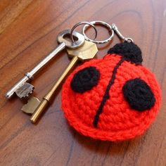 Ladybird crochet keyring llaveros con flores y apliques Crochet Keychain, Crochet Bookmarks, Crochet Earrings, Crochet Gifts, Hand Crochet, Crochet Lace, Crochet Ladybug, Selling Crochet, Crochet Accessories