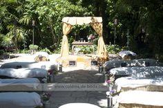 Wedding ceremony with wooden altar and hay bales Ceremonia con altar de madera con cortinas y bancos de paja para los invitados