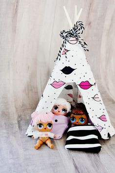 Sewing Gift For Kids DIY Doll Tent for LOL surprise dolls - This little DIY doll tent is the perfect addition to your LOL neighborhood! This DIY doll tent is teepee style and uses chopsticks as the frame! Easy Sewing Projects, Sewing Projects For Beginners, Sewing Hacks, Sewing Tutorials, Sewing Crafts, Sewing Tips, Tutorial Sewing, Sewing Ideas, Doll Crafts