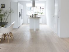 Houten vloer in combinatie met moderne keuken-Kitchen With Grey Wood Floors and Brown Wood Floors Living Room Flooring, My Living Room, Home And Living, Living Spaces, Nordic Living, Interior Design Inspiration, Home Decor Inspiration, Grey Wood Floors, Interior Architecture