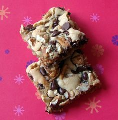 Chewy Bars-Similar to a blondie but loaded with pecans and chocolate chips! Brownie Recipes, Cookie Recipes, Dessert Recipes, Bar Recipes, Just Desserts, Delicious Desserts, Yummy Food, Chocolate Pudding Cookies, Chocolate Chocolate