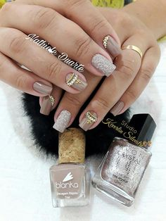 Unhas nude com pedraria Gold Manicure, Bling Nails, Red Nails, Manicure And Pedicure, Hair And Nails, Nail Pops, Gelish Nails, Cool Nail Designs, Perfect Nails