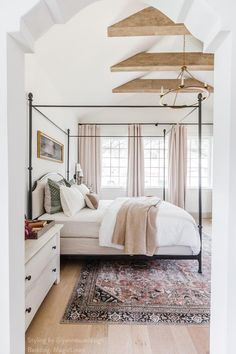 Create a luxurious looking master bedroom with vintage pieces and crisp white linen sheets from our store. Bedroom styled by Jenna Sue (@jennasuedesign) and linene sheets by MagicLinen. Master Bedroom Design, Bedroom Inspo, Dream Bedroom, Home Bedroom, Fall Bedroom, Master Bedrooms, Bedrooms With White Walls, Light Master Bedroom, Master Bedroom Furniture Ideas