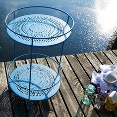 Fermob_beistelltisch_2 Outdoor Tables, Outdoor Decor, Outdoor Furniture, Home Decor, Wine Glass, Napkins, Flasks, Homes, Nice Asses