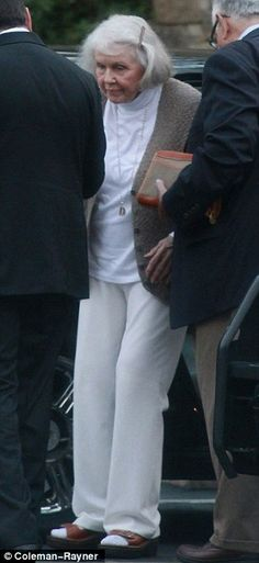 'I was flattered by the outpouring of love': The Oscar-Nominated Best Actress for ''Pillow Talk'' 1959 opted for comfort in her white turtleneck under a beige waistcoat, white trousers, and brown sandals Doris Day Today, Old School Movies, Sandra Dee, White Turtleneck, Stars Then And Now, Classic Movie Stars, White Trousers, I Love Lucy, 90th Birthday