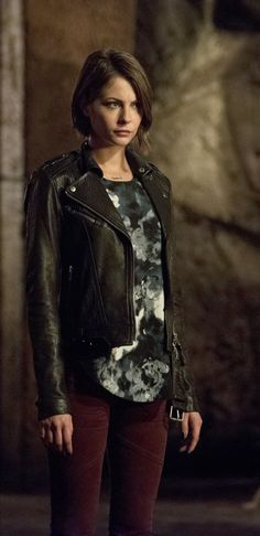 "Arrow -- ""Restoration"" -- Image -- Pictured (L-R): Willa Holland as Thea Queen and Katie Cassidy as Laurel Lance -- Photo: Diyah Pera /The CW -- © 2015 The CW Network, LLC. All Rights Reserved. Willa Holland, The Oc, Gossip Girl, Thea Queen Arrow, Hogwarts, Arrow Season 4, Queen Outfit, Dc Legends Of Tomorrow, Supergirl And Flash"