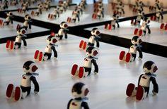 Tokió, Japán - Száz darab Robi nevű humanoid robot a DIY japán hetilap promóciós eseményén. A hetilap hetven számon keresztül mellékel alkatrészeket az összeszerelhető Robihoz, amely összeszerelt állapotában 34 centiméter magas, egy kilogramm súlyú lesz és a gyalogláson, valamint táncon túl képes 200 japán kifejezést, utasítást felismerni. A Takahasi Tomotaka által tervezett Robi költsége mintegy 140,000 japán jen (kb. 330 ezer Ft) lesz.