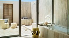 An inside and outside shower area. A choice to shower under a cloudless blue sky? Nice! =D