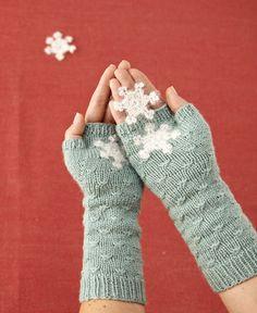 Ohuesta villalangasta neulotut rannekkeet lämmittävät käsiä keväällä. Tähtikuvioilla saat neulerannekkeisiin ilmettä. Katso neulerannekkeiden ohje ja tee itse! Wrist Warmers, Knit Mittens, Diy Crochet, Fun Projects, Fingerless Gloves, Socks, Sewing, Bags, Knitting Ideas