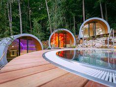 Implantés à différents niveaux mais tous orientés vers le spa central, les espaces sont autant de promesses de chaleur et de bien-être.