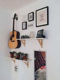 46 super Ideas for music studio room ideas shelves Guitar Bedroom, Guitar Wall, Bedroom Wall, Bedroom Decor, Bedroom Posters, Guitar Display Wall, Guitar Shelf, Music Bedroom, Music Rooms