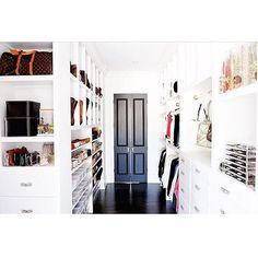 [inspo & decor] Se você já da de cara com um closet que tem portas duplas, você já sabe o que lhe espera atras não é!?? Uau gente!! Achei que já tinha visto de todo o tipo, e vai e me aparece este! Bem o meu estilo, todo branquinho com detalhes coloridos! 📷 @the_home_edit  Ótimo sábado a todos! 🙌🏼 ••• #archilovers#closet#instadecor#interiordesign#decoração#interiores#interiors#armarios#homedecor#decoration
