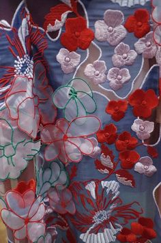 Jonathan Saunders Coquelicots et organza. Tambour Embroidery, Couture Embroidery, Lace Beadwork, Jonathan Saunders, Textiles, Lesage, Fabric Manipulation, Embroidery Techniques, Fashion Details