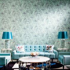 Extravagant: Wasserpflanzendesign-Tapete #klassischwohnen #hookedonwalls Contemporary Wallpaper, Sofa, Couch, Hidden Treasures, Patterns In Nature, Retro, Love Seat, Design, Furniture
