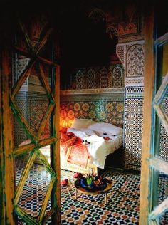 I just LOVE the hypnotic style of Moroccan decorating ...the colorful tilework is gorgeous .