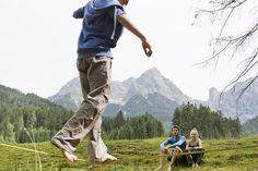 Wir zeigen dir bei deinem Urlaub in den BEWEGTEN BERGEN, worauf es beim Balancieren auf der Slackline ankommt - und wie du von einem Ende zum anderen kommst! Sports Training, Boutique, Bergen, Mountains, Nature, Travel, Naturaleza, Viajes, Destinations