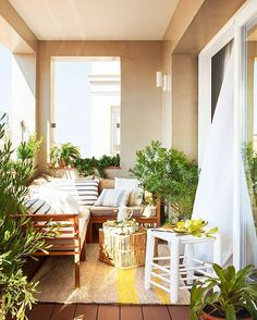 Si tienes una terraza, por pequeña que sea, tienes un tesoro. En El Mueble de junio podrás ver una selección de terrazas mini a las que no les falta de nada. Inspírate y redecora la tuya
