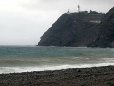 El Cabo de Sacratif vigila el oleaje de la Playa de Carchuna en Motril.