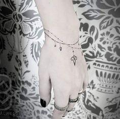Tattoo exclusiva de pulseira realizada na Stella Milani