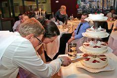 gemeinsamer Anschnitt der #Hochzeitstorte in Göttingen