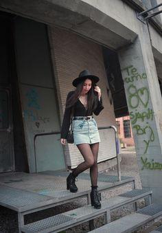Aire Vintage - Temporada: Otoño-Invierno - Descripción: Body en color negro con escote, falda vaquera con bordados y sombrero con botines de cuña. #FashionOlé