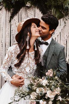 Boho Brautpaar: Makramee Dekoration für den großen Tag! Eure Hochzeit findet im Boho Look statt? Lass dich von dieser Boho Hochzeit inspirieren: Mit Pampasgras und Eukalyptus: so wird eure Tischdekoration das Highlight eurer Boho Hochzeit. _________ ➤ Fotos: Anne Cathrin Wahl ➤ #kartenmacherei #boho #hochzeit #tischdeko Hippie Look, Boho Stil, Couples, Couple Photos, Wedding Dresses, Fashion, Photos, Outdoor Wedding Seating, Newlyweds
