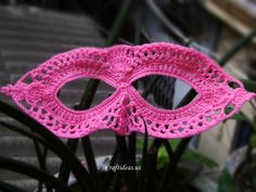 Halloween craft ideas: Crochet mark tutorial Crochet Lace Masquerade Mask Crochet Halloween mark with 2 parts: right eye and left eye. The right eye: – ch 1 slst. – crochet with the wire around the eye: ch (sc … Continue reading → Crochet Mask, Thread Crochet, Crochet Crafts, Yarn Crafts, Crochet Projects, Knit Crochet, Crochet Braid, Halloween Crochet, Halloween Crafts