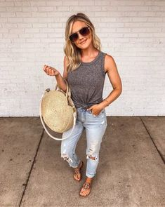 Casual Summer Outfit for Mamas Fashion Mode, Moda Fashion, Fashion Outfits, Summer Outfits For Moms, Spring Outfits, Outfits For Vegas, City Break Outfit Summer, Outfits With Mom Jeans, Casual Summer