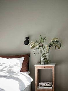 Cozy bedroom with a green wall I love this soft and cozy looking bedroom with grey green walls. The green plants and grass bouquet complement the wall color very nicely and the vintage pieces in wood add a little bit of a warm touch to the Continue Green Bedroom Walls, Bedroom Wall Colors, Wood Bedroom, Bedroom Layouts, Modern Bedroom, Bedroom Decor, Green Walls, Contemporary Bedroom, Bedroom Ideas