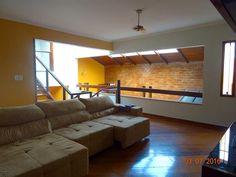 sala - sofá - pé direito alto - iluminação natural