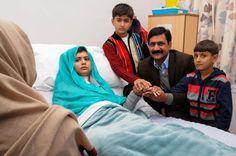 銃撃から2週間後、英国バーミンガムの病院で治療中のマララさん。父のジアウディンさ...