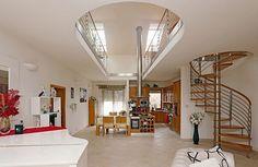 Preferujeme moderní zařízení a nejvíc nábytku je z manželova obchodu. Hlavní obytný prostor je opravdu vzdušný a s vysokým stropem až ke krovům, kam sahá digestoř. I takto může vypadat moderní bydlení světoznámé operní pěvkyně Christiny Johnson, která se přestěhovala do Ondřejova