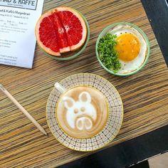 Det er jo mandag og derfor kan man godt have ekstra meget brug for et skud god kaffe. Det kan du fx få på @madogkaffe der har lavet denne seje gris  #coffee #breakfeast #food #foodie #foodlife #foodstagram #instagram